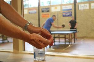 Handen ontsmetten voor het tafeltennissen